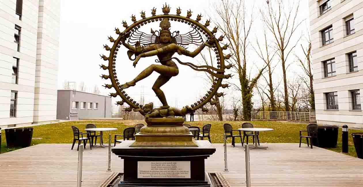 Между 39ти и 40ти блок в ЦЕРН стои бронзова статуя на Шива - подарък от индийското правителство.