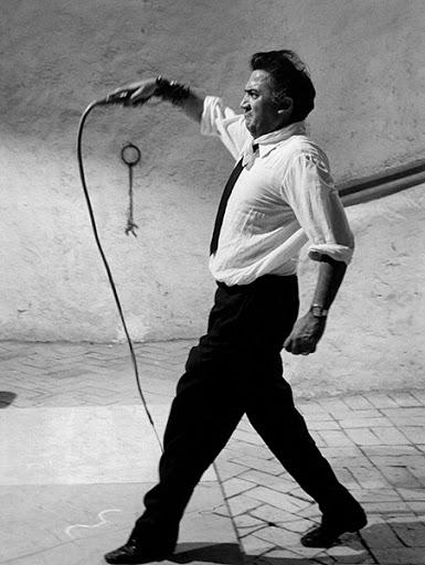 Федерико Фелини с камшик.